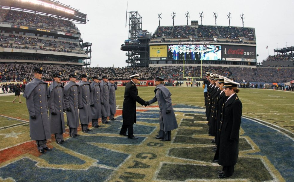 Cadetes de West Point e Annapolis se encontram antes de cada partida (Danny Wild/USA Today)